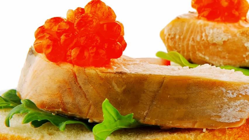 Бутерброд с икрой хариуса