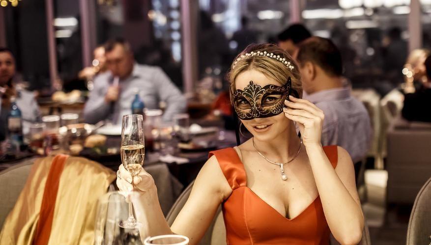 женщтна в ресторане