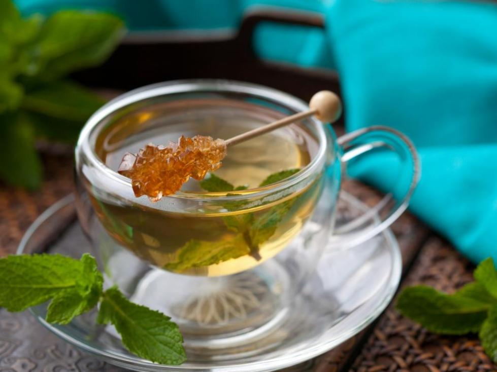Чай с сахаром на палочке