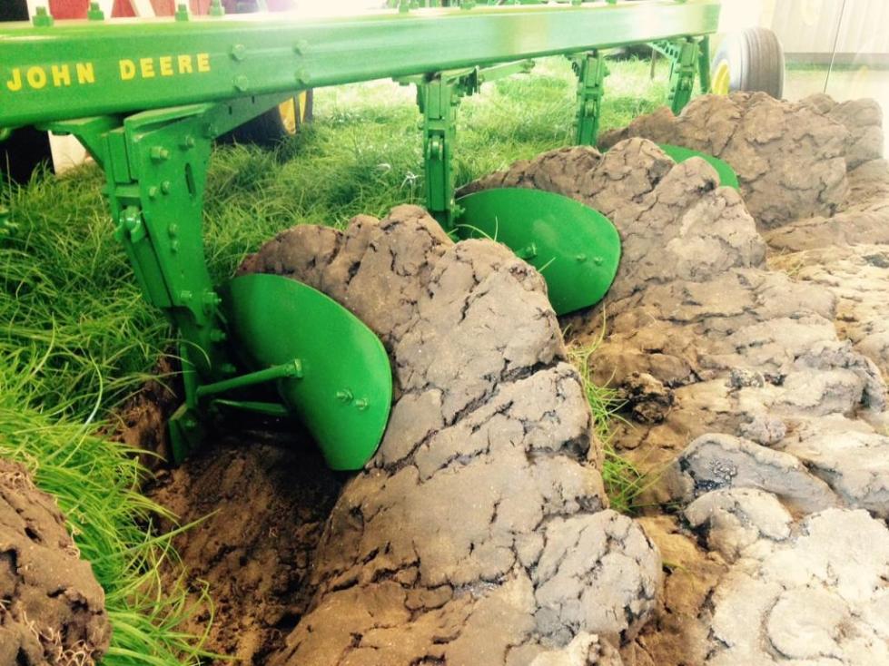 Вспашка тяжелой почвы