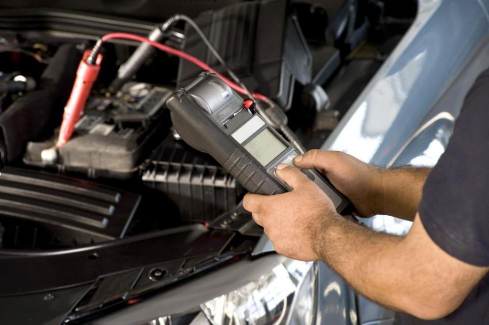Какое напряжение на полностью заряженном автомобильном аккумуляторе
