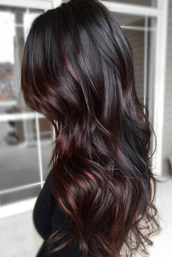 Черный цвет волос с красным оттенком