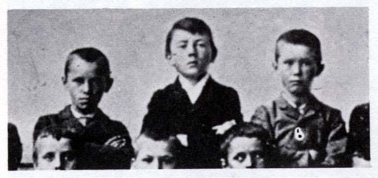 Адольф Гитлер среди одноклассников