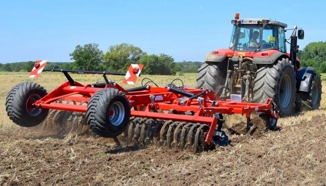Трактор с предпосевным культиватором