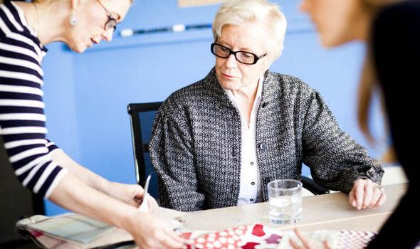 женщина в возрасте и работает