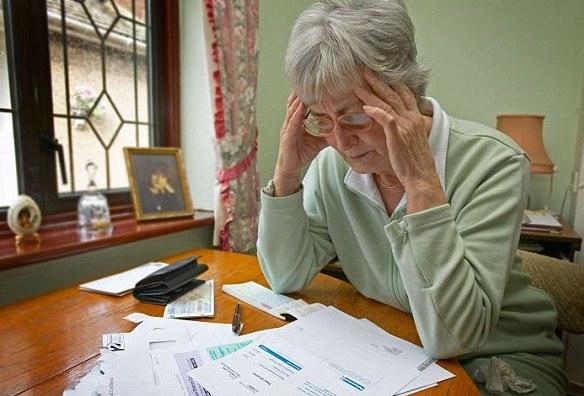 женщина смотрит квитанции