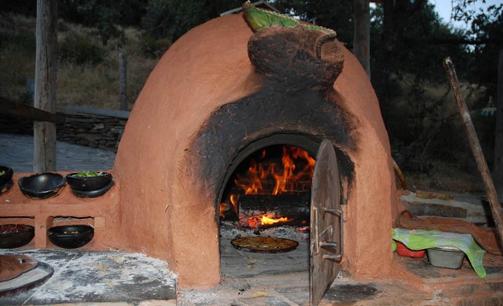 На фотографии изображена глиняная печь