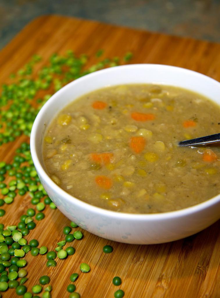 гороховый суп в миске