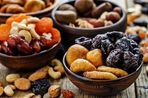 Сухофрукты и орехи в первый месяц грудного вскармливания