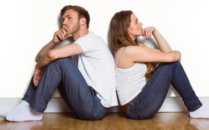 Сидящие женщина и мужчина