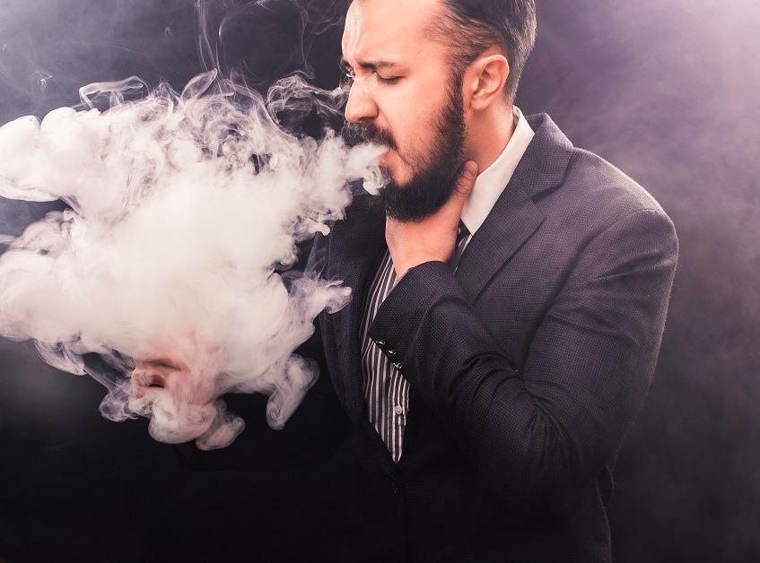 Курит сигарету