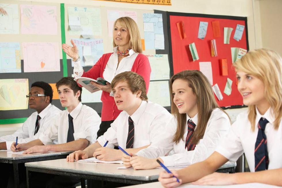 ученики старших классов смотрят на доску