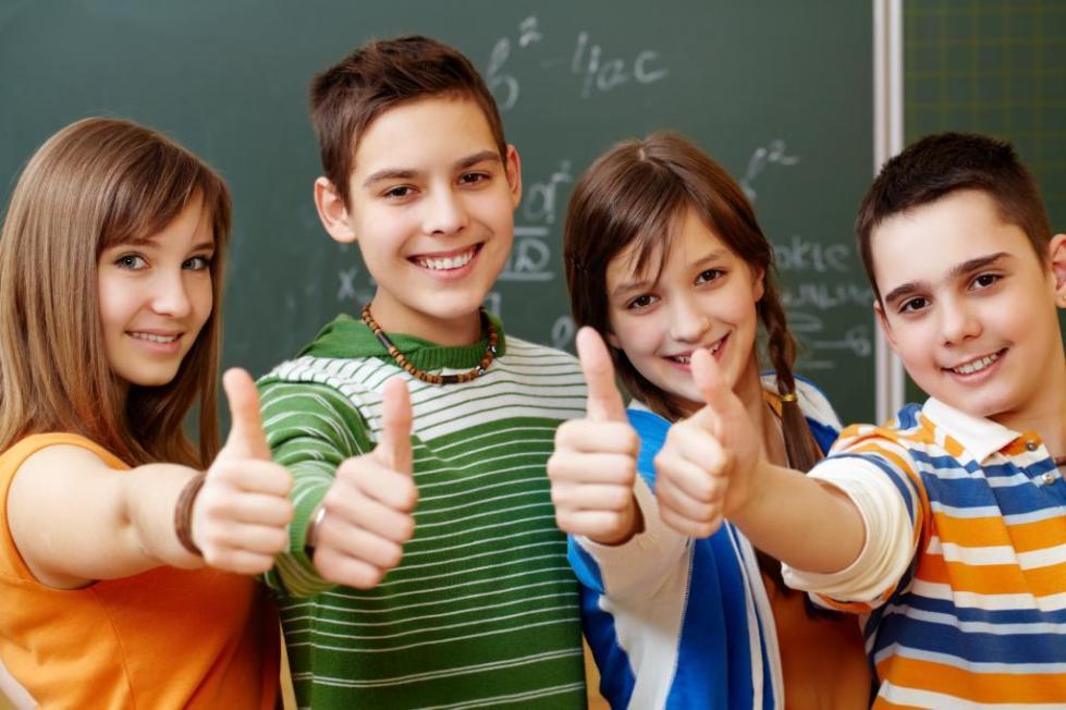 дети подняли вверх большой палец на руке