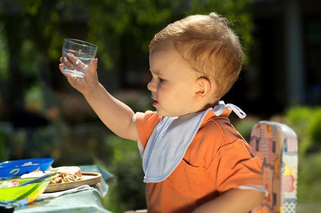 Попытки пить из чашки