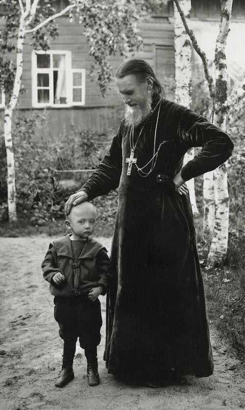 Иоанн Кронштадтский с ребенком
