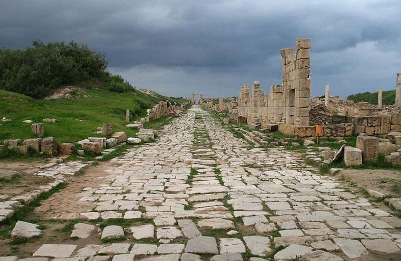 Античные руины и древняя дорога
