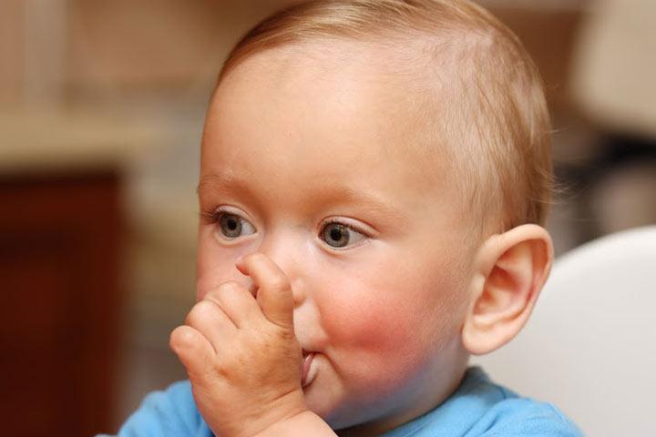 Почему годовалый ребенок часто просит грудь