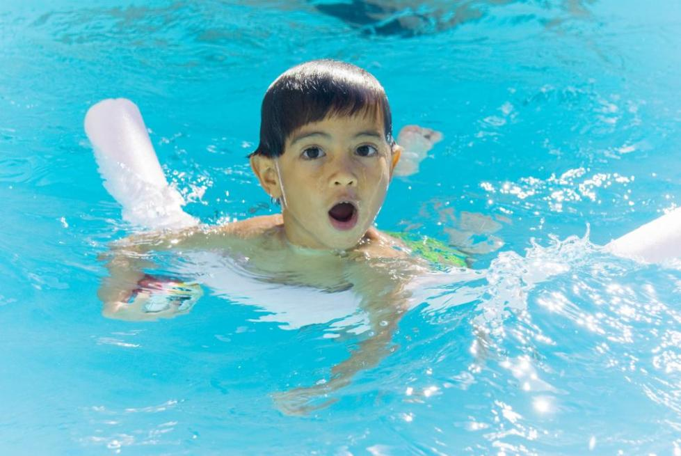 ребенок плавает