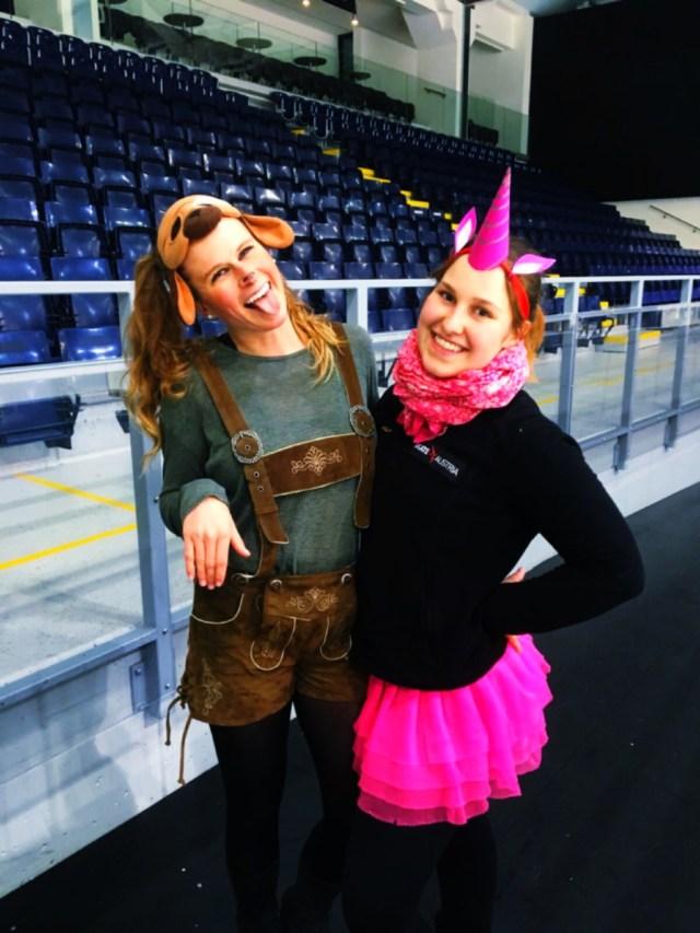 Ich und eine Freundin zu Halloween als Einhorn verkleidet.