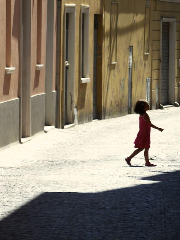 Mädchen mit pinkfarbenem Kleid