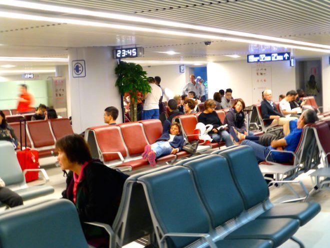 Auch an Orten mit exotischen Namen kann man unexotische Tätigkeiten wie Warten ausüben – hier in Changsha, China.