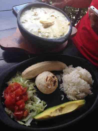Ajiaco (herzhafte Suppe) mit Beilage