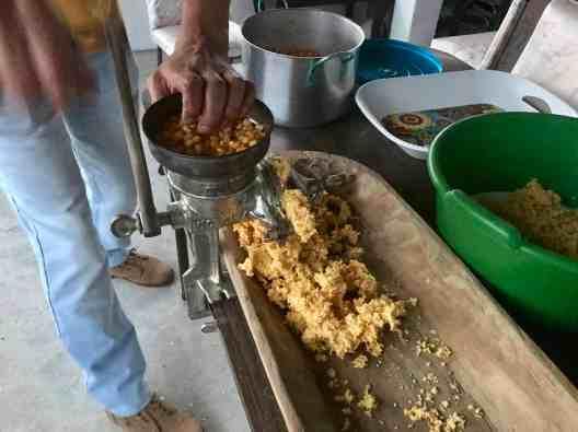 Der gekochte Mais wird gemahlen