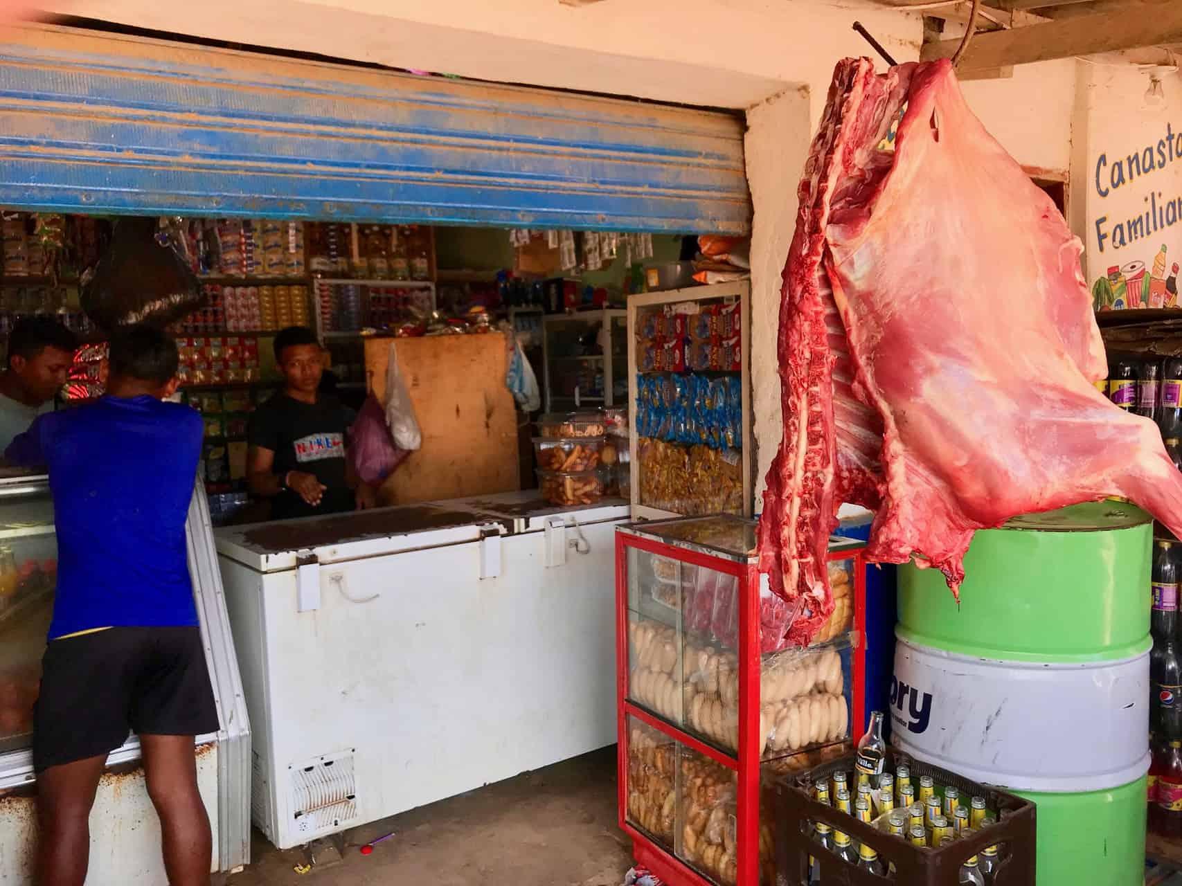 Dorfladen mit Ziege im Angebot (Bild: M. Schäfer)