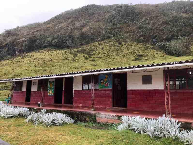 Schulhaus in Vulkannähe (Bild: M. Schäfer)