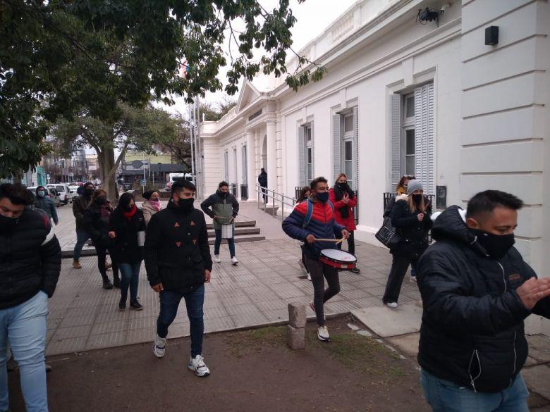 Protesta de peluqueros frente al Concejo Deliberante pidiendo trabajar