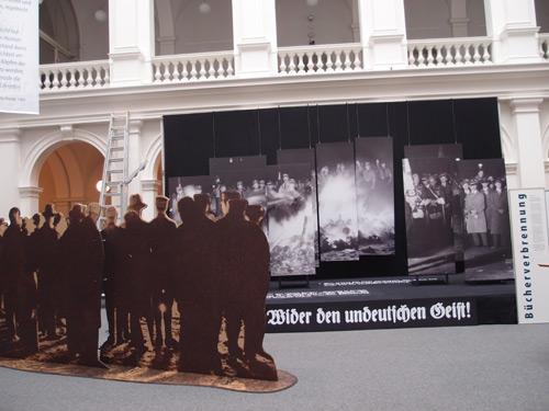 Ausstellung zur Bücherverbennung in Hamburg im Lichthof der Stabi