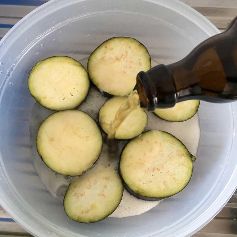 Auberginen mit Bier übergießen