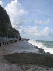 Beschauliche Mini-Wellen am Paseo Nuevo in Donostia