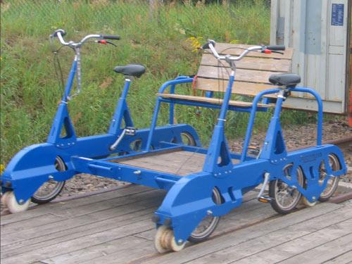 Fahrraddraisine: linsk und rechts per Pedalkraft angetrieben