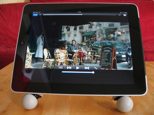 GorillaPod als Halterung beim Filmeschauen auf dem iPad - Szene aus Inception