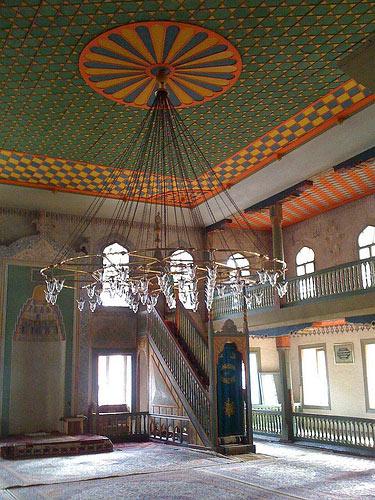 Fabelhafte Farben in einer Moschee in den bosnischen Bergen