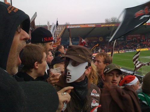 Special-Fan mit Pauli-Maske in der Südkurve
