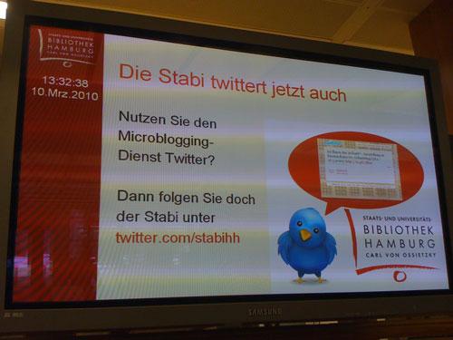 Infoscreen im Foyer der Stabi weist auf Twitter-Account der Stabi hin