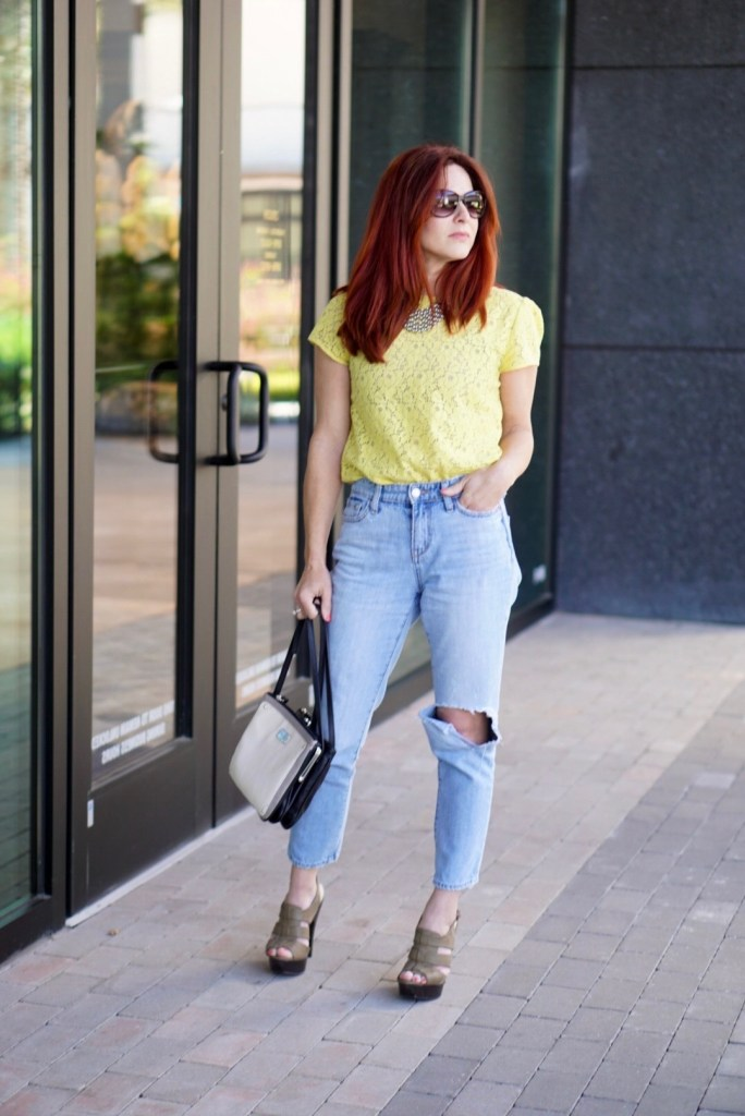LOW KEY SPRING ATTIRE, SPRING STREET STYLE, YELLOW TOP, DISTRESSED DENIM, OLD NAVY, LOFT