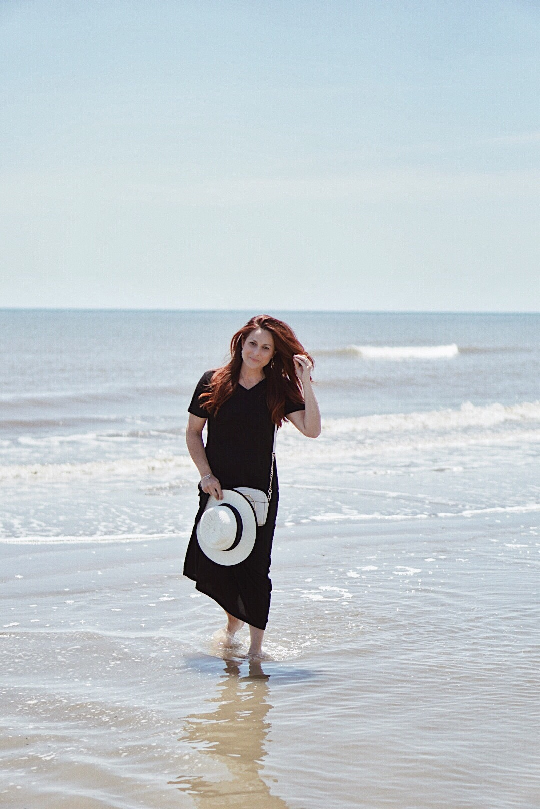 summer outfit ideas, casual style, minimalist beach outfit ideas, hats, red hair inspiration