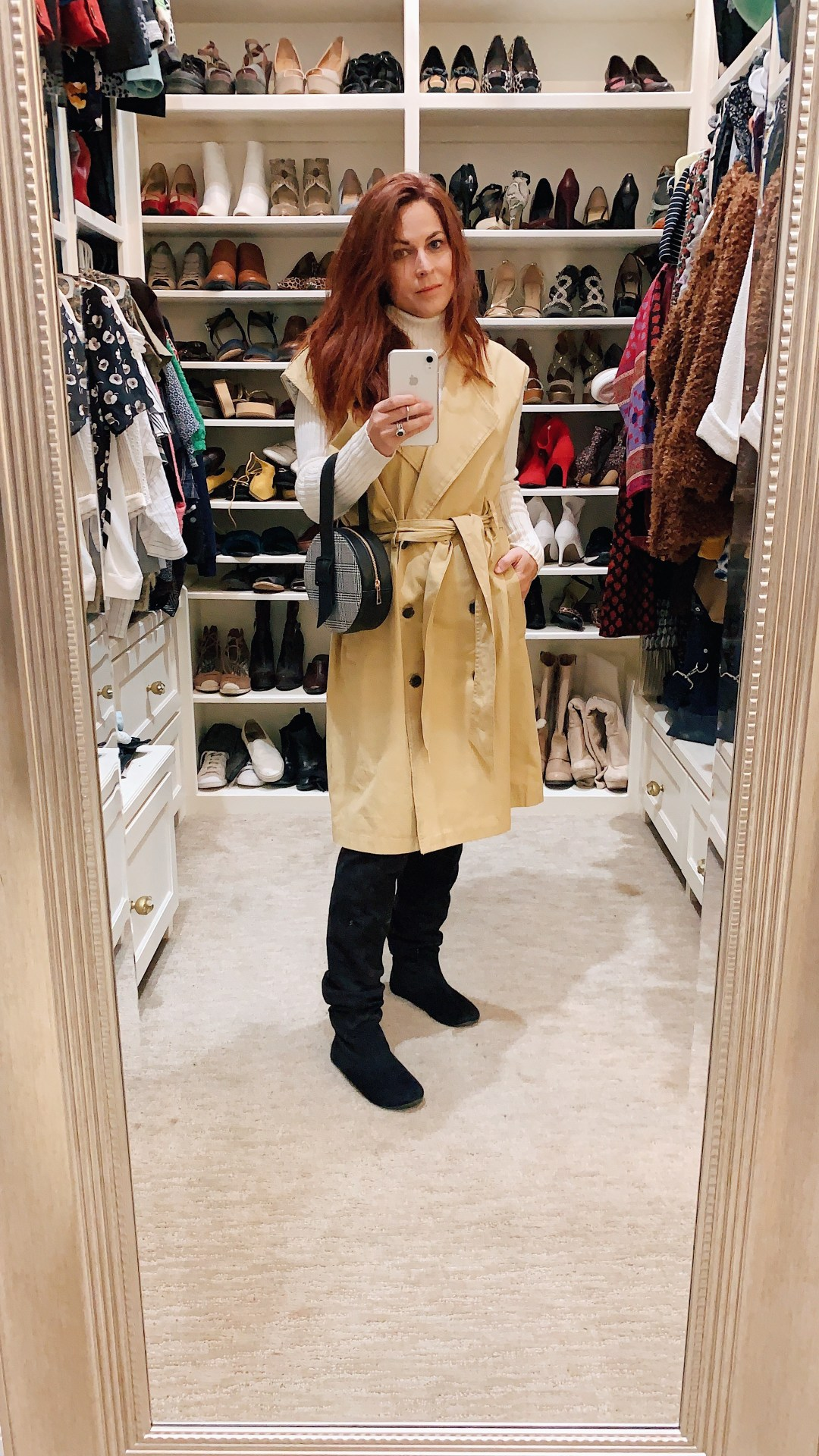 trench coat outfits, how to style a sleeveless trench coat, trench vest, neutral outfit, casual chic style, blogger style