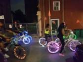 Eine Tourigruppe auf Leucht-Bikes