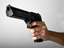 सड़क पर शूटआउट, महिला पर बदमाशों ने बरसाईं गोलियां