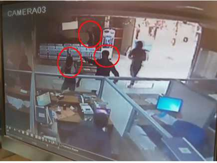 bank-robbery-in-broad-day-light-in-lucknow-caught-in-camera