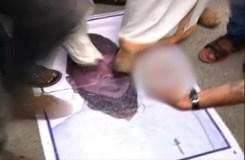 सीएम के पोस्टर के सामने वीएचपी ने किया अश्लील प्रदर्शन