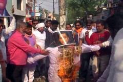 BJYM ने थरूर का पुतला फूंका, कांग्रेस ने कहा शहीदों का अपमान