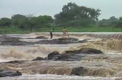 खंडवा: पानी के बहाव में फंसे दो युवक, रेस्क्यू कर बचाया