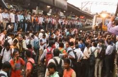 बदलापुर: गुस्साए यात्रियों ने किया रेल रोको आंदोलन
