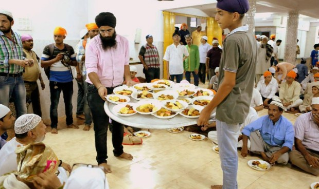 sikhs-hosting-iftaar-party-in-lucknow