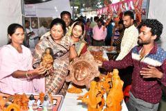 शिल्पी दीप मेला : स्थानीय शिल्पकारों को मिला रहा बाजार